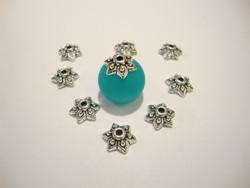 Helmihattu hopeoitu antiikkipatina kukkakuvio 9 x 3 mm (30 kpl/pss)