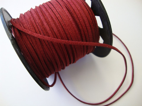 Mokkanauha (faux suede) tummanpunainen 3 x 1,4 mm (m-erä 5 m)