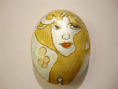 Cloisonne helmi ovaali Vaaleahiuksinen nainen 48 x 32 mm