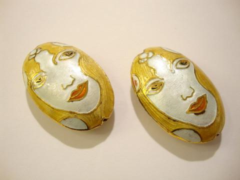 Cloisonne helmi ovaali Vaaleahiuksinen nainen 34 x 22 mm
