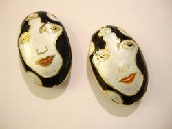 Cloisonne helmi ovaali Mustahiuksinen nainen 34 x 22 mm