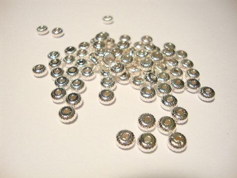 Metallihelmi/välihelmi uritettu hopeoitu 4,5 x 2,5 mm (100 kpl/pss)