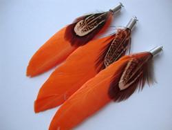 A Sulka/höyhen Duo oranssi/ruskeasävyinen n. 7 cm ripustuskoukulla