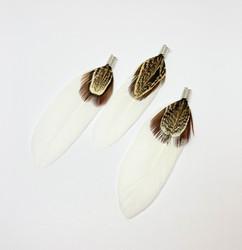 A Sulka/höyhen Duo valkoinen/ruskeasävyinen n. 7 cm ripustuskoukulla