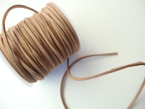 Mokkanauha (faux suede) vaaleanruskea 2,5 x 1,2 mm (m-erä 3 m)