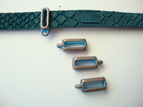 Boho riipuspidike kuparipatina 10 mm litteälle nahkanauhalle 16 x 6 mm