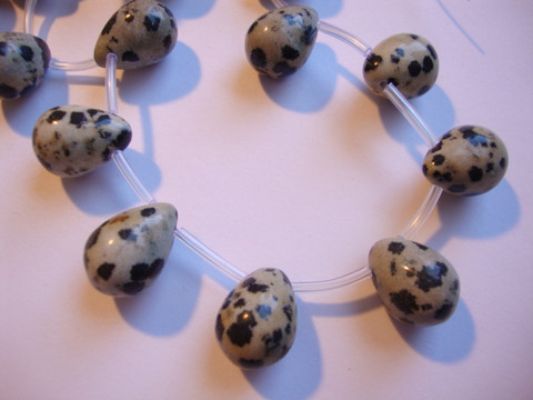 Jaspis (Dalmatian Jasper) pisara 16 x 12 mm (6 kpl/pss)