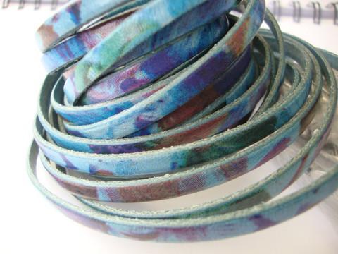 Nahkanauha litteä 'vesivärit/floral blue' 5 x 2 mm sileä nappanahka (m-erä 20 cm)
