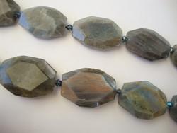 Labradoriitti fasetoitu kivihelmi / kiviriipus 25 - 38 x 21 - 31 mm