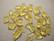 Lasihelmi keltainen siru 8 - 9 mm (  50 g = n. 175 kpl / pss)