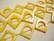 Simpukkahelmi keltainen neliön mallinen donitsi 20 mm (n. 18/nauha)
