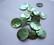 Simpukkahelmi/-linkki vihreä pyöreä litteä 15 mm, 2 reikäinen (10/pss)