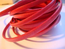 Nahkanauha litteä tomaatinpunainen 5 x 2 mm sileä nappanahka (m-erä 20 cm)