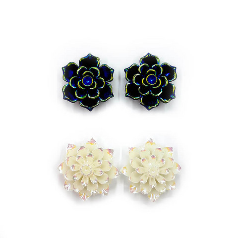 Valkoiset iridisoidut kukat-korvakorut