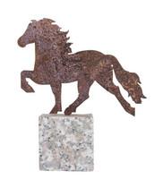 Issikkafiguuri ruostutettua metallia graniittikivellä