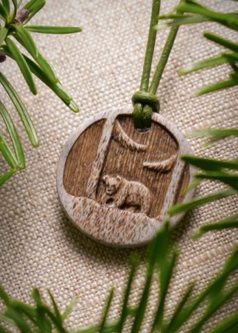 Björn - Smycke av graverat hjorthorn