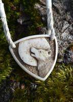 Varg - Smycke av graverat hjorthorn