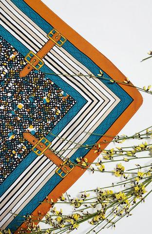 Kaunis huivi solkikuviolla