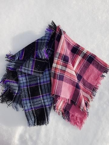 Violetti-musta skottiruutuhuivi