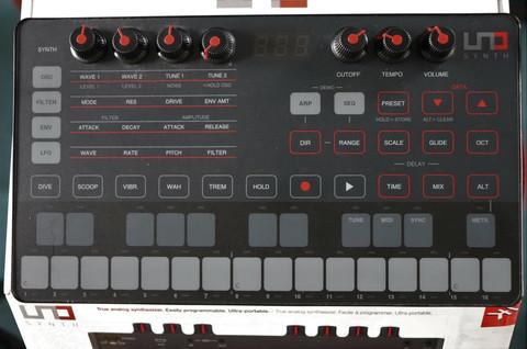 IK Multimedia Uno Synth -analoginen (käytetty)