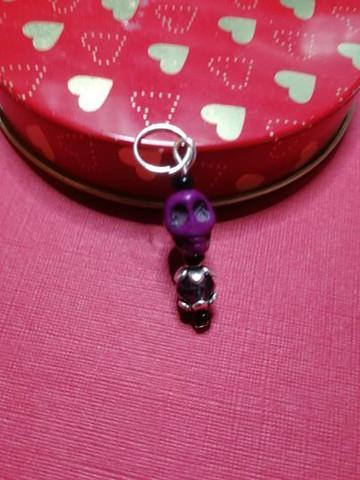 Silmukkamerkki violetti kallo