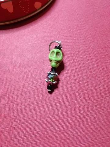 Silmukkamerkki vihreä kallo