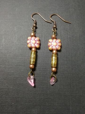 Vaaleanpunaiset kukkakorvakorut