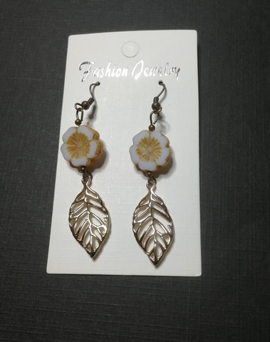 Flower earrings with leaf