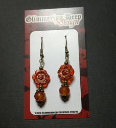 Kukkakorvakorut oranssin punainen