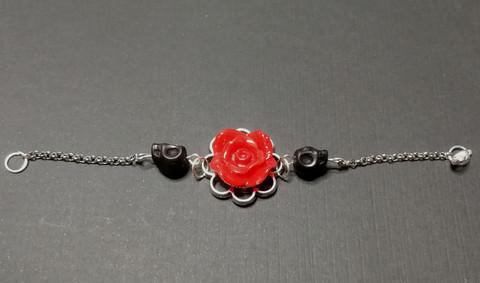 Rannekoru ruusu ja kallot