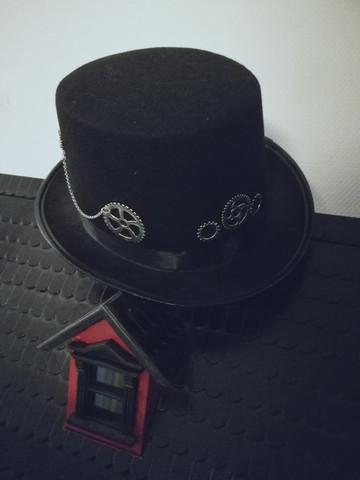 Hattu steampunk hopean väriset rattaat