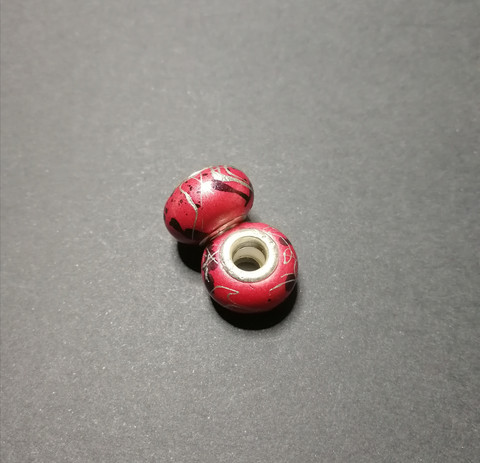 Locks bead reddish spatter