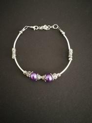 Rannekoru violetin ja hopean sävyillä