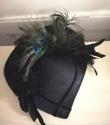 FirefoxxFlowers hattu mustat ja riikinkukon sulat
