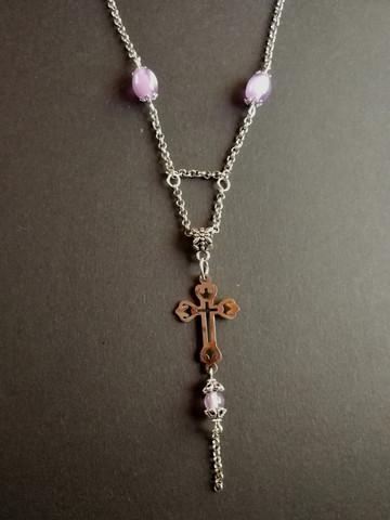 Kaulakoru risti violeteilla helmillä
