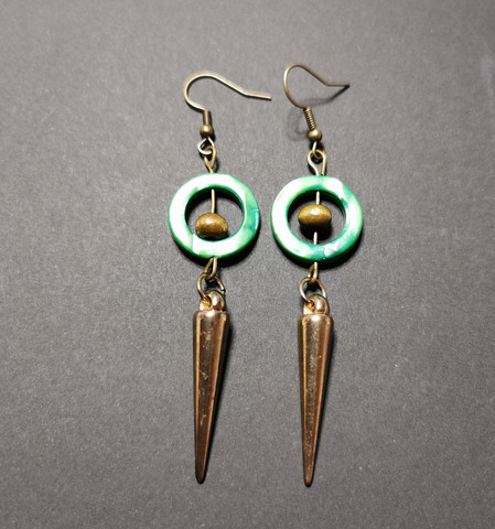 Spike earrings with green shell ring