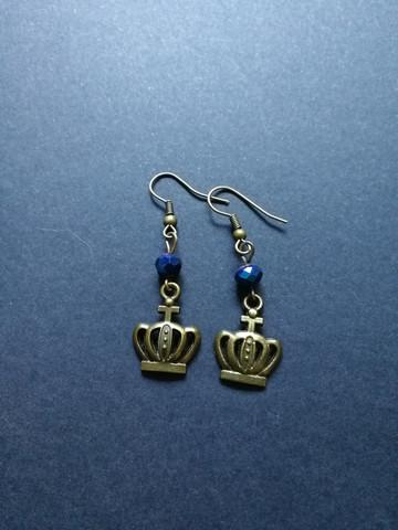 Kruunukorvakorut sinisillä helmillä