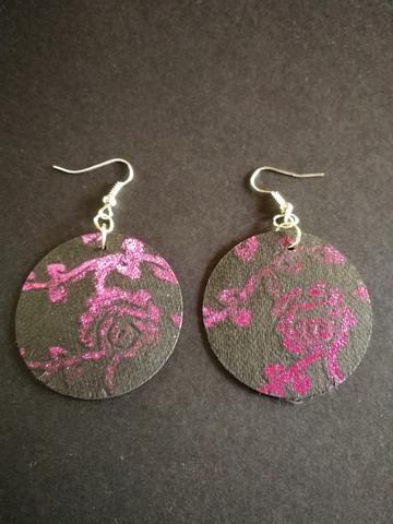 Mustat pyöreät metallikuvioidut pinkit korvakorut