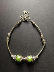Rannekoru vihreän ja hopean sävyillä