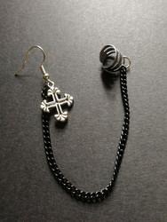 Linkki korvakoru musta ketju ja risti