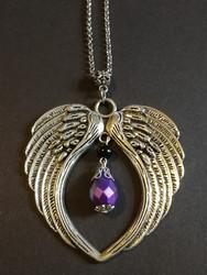 Kaulakoru hopeanväriset siivet violetilla pisaralla