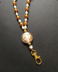 Kullan ja valkoisen värinen helmi avainnauha