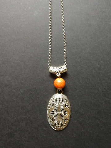 Keskiaikateemainen kaulakoru oranssilla kivellä