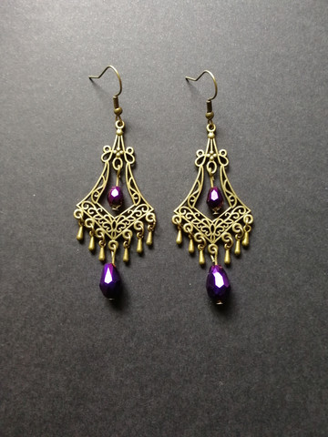 Hanging drop earrings with violet beads