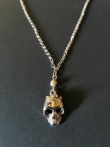 Kaulakoru hopeanvärinen pääkallo
