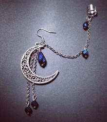 Linkkikorvakoru kuu sinisillä pisaroilla