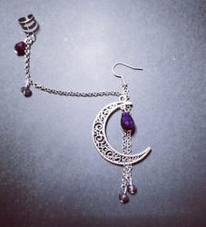 Linkkikorvakoru kuu violeteilla pisaroilla