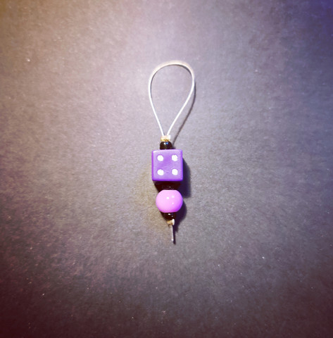 Silmukkamerkki violetti noppa