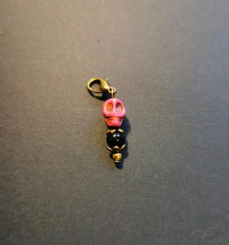Silmukkamerkki vaaleanpunainen kallo