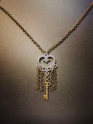 Sydänkaulakoru ketjuilla ja avaimella